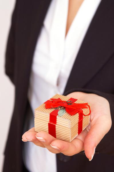 Стоит ли дарить мужчине дорогие подарки